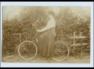 W8E22/ Frau mit Fahrrad Privat Foto AK 1907
