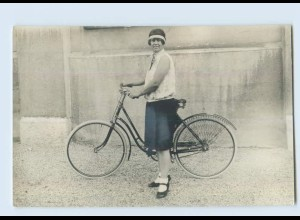 M119/ Junge Frau mit Fahrrad Privat Foto AK ca. 1920