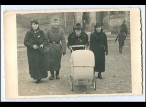 Y1765/ Soldat mit Familie Kinderwagen Privat Foto AK ca.1942
