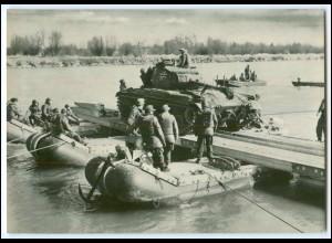 DP137/ Deutsche Bundeswehr AK Panzer-Übersetzung Schlauchbootfähre ca.1970