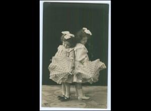 Y2550/ Zwei kleine Mädchen mit Schirm Foto AK 1909