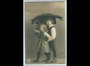 Y2574/ Kinder Junge und Mädchen mit Regenschirm Foto AK ca.1910
