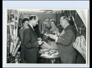 Y3884/ Messestand Firma Westfalenschirm Regenschirm Foto ca.1960