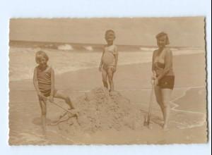 T5277/ Badeleben Mutter und Kinder am Strand Foto AK ca.1925