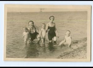 Y7085/ Badeleben Frauen und Kinder am Strand Privat Foto AK ca.1935