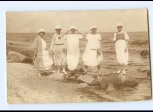 Y8044/ Badeleben Frauen am Strand Foto AK ca.1920