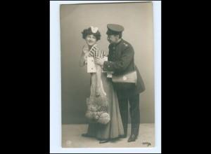 Y9538/ Frau Hausangestelle + Postbote Briefträger Foto AK ca.1910