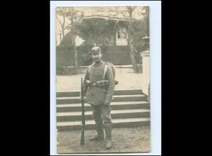 Y9584/ Soldat mit Pickelhaube + Gewehr Foto AK 1915