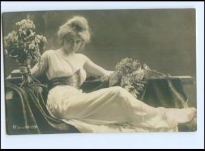 Y10070/ Junge Frau mit Blumen schöne Rotophot Foto AK 1907