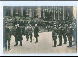 Y12120/ Hindenburg beim Abschreiten der Ehrenkompanie Foto AK