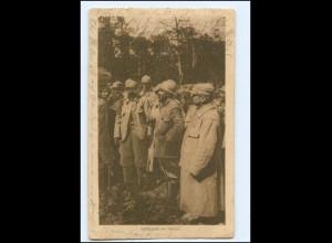 Y13998/ Kriegsgefangene vor Verdun 1. Weltkrieg AK 1917