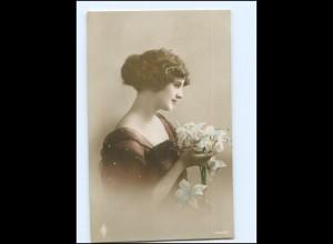 Y13995/ Junge Frau mit Blumen Foto Ak 1916