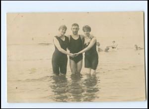 Y14597/ Badeleben junger Mann mit Frauen im Wasser Foto AK ca.1925