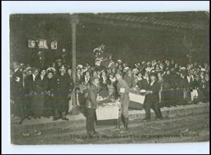 Y15496/ La foule attendant un train de grands blesses francais Schweiz AK1915