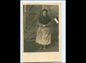 Y15711/ 1. Weltkrieg alte Frau mit Deutsches Reich Fahne Foto AK Feldpost 1917