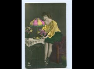 Y15649/ Junge Frau mit Blumen Tischlampe Foto AK ca.1912