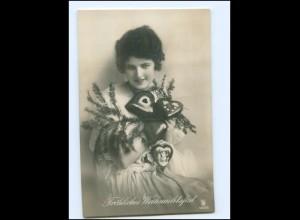Y16161/ Weihnachten junge Frau mit Lebkuchenherzen Foto AK 1925