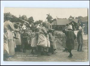 Y16134/ Kaiser Wilhelm mitten einer fröhlichen Mädchenschar Foto AK 1913