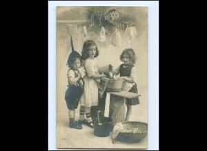 Y16156/ Kinder waschen Wäsche schöne Foto AK 1910