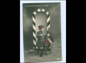 V049/ Junge Kind in Uniform mit Gewehr Patriotik Foto AK 1915 WK1