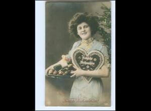 V008/ Weihnachten Frau mit Lebkuchenherz NPG Foto AK ca.1912