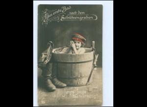 V050/ Kind in Uniform erste Bad nach dem Schützengraben WK1 Foto AK 1916