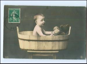 Y16532/ Baby und Teddybär baden in einer Holzwanne Foto KA ca.1910