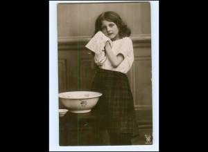 Y16539/ Mädchen wäscht sich Waschen Foto AK 1906