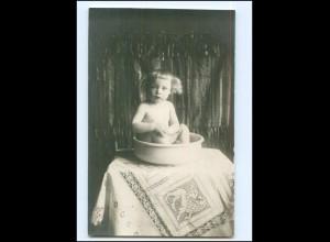 Y16540/ Kleines Kind sitzt in der Waschschüssel Waschen Foto AK 1918