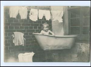 Y16545/ Kind badet in Zinkbadewanne Waschen Foto AK 1914