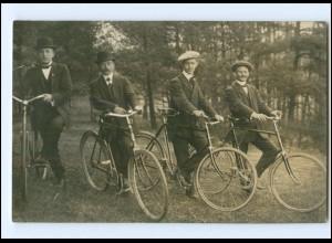 V556/ Männer mit Fahrrad Foto AK 1910