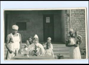 Y18005/ Ärztin untersucht schwarze Kinder Foto AK Mikroskop ca.1930