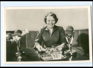 S2591/ Prinzessin Beatrix am Mikrofon im Studion Hilversum 1956 Foto AK
