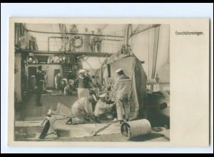 XX13398/ Marineleben Foto AK Adolph Engel, 1905 Geschützreinigen