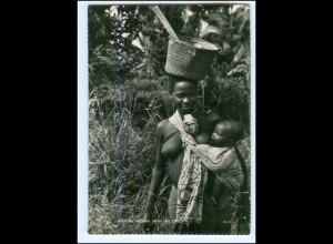 Y19063/ Frau nackt mit Kind Kenia Afrika AK