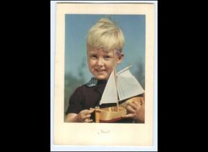 Y19261/ Junge mit Modellboot Farbaufnahme von Erich Heinemann AK 50er