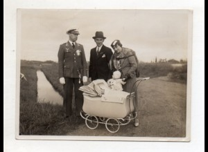 Y14972/ Ehepaar mit Baby Kinderwagen Ehemann in Uniform Soldat 1936 Foto