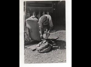 C3206/ Bauer wiegt Gedreide ab Landwirtschaft Foto 23,5 x 16 cm ca. 1955