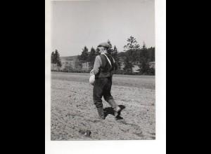 C3205/ Bauer sät das Feld Landwirtschaft Foto 23 x 17 cm ca. 1955