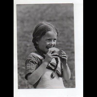 C3213/ Mädchen mit Zöpfen isst Brot Foto 17 x 11,5 cm ca.1955