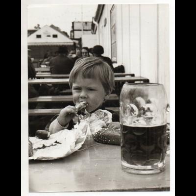 C3236/ Kleines Mädchen Oktoberfest München ?, Pressefoto 24 x 18 cm ca.1960
