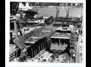 C3678/ Hamburg Hafen Werft Dock Schiffsbau Foto ca.1965 21,5 x 17,5 cm