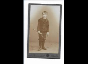 S2069/ CDV Foto Junge mit Tennisschläger Atelier Jandorf & Co., Berlin a.1900