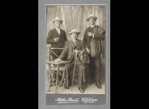 Y16336/ CDV Foto drei Männer mit Hut Atelier Reich, Augustenburg ca.1905