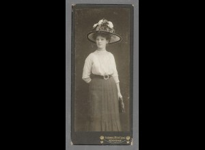 Y16433/ CDV Foto junge Frau mit Hut Atelier L. Mertens, Rendsburg ca.1910