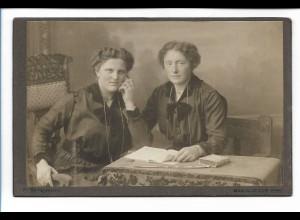 Y16487/ Kabinettfoto zwei Frauen Atelier Ketelhohn, Bad Oldesloe ca.1910