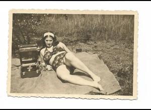 Y15516/ Frau im Bikini mit Schallplattenspieler Privat Foto ca.1940