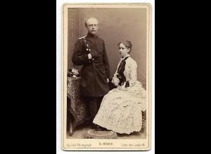 Y19620/ CDV junges Paar Mann in Uniform, Foto H. Noack, Berlin ca.1885