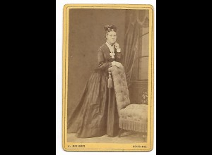 Y19627/ CDV Frau mit Reifrock Foto J. Nielsen, Kolding ca. 1875