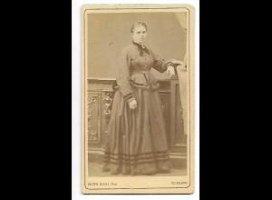 Y19629/ CDV Frau mit Reifrock Foto Peter Risse, Duisburg ca.1875